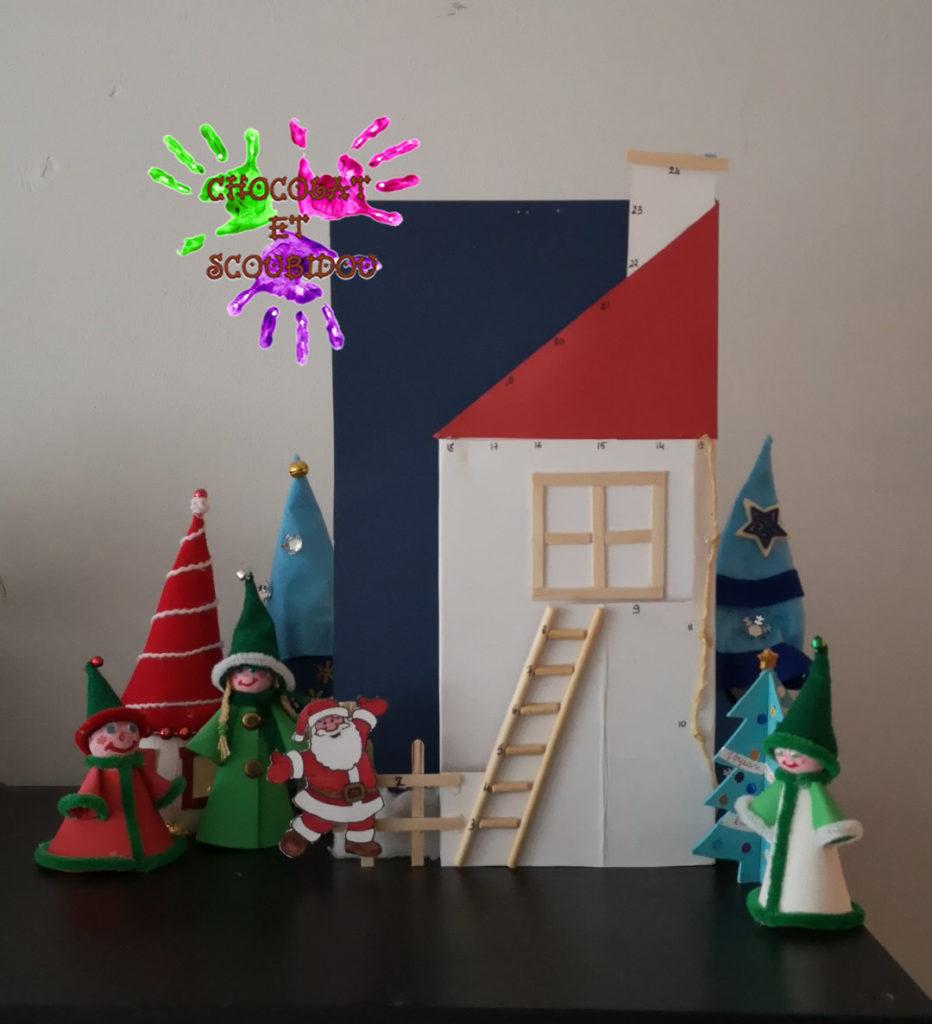 Père Noël grimpant à la maison