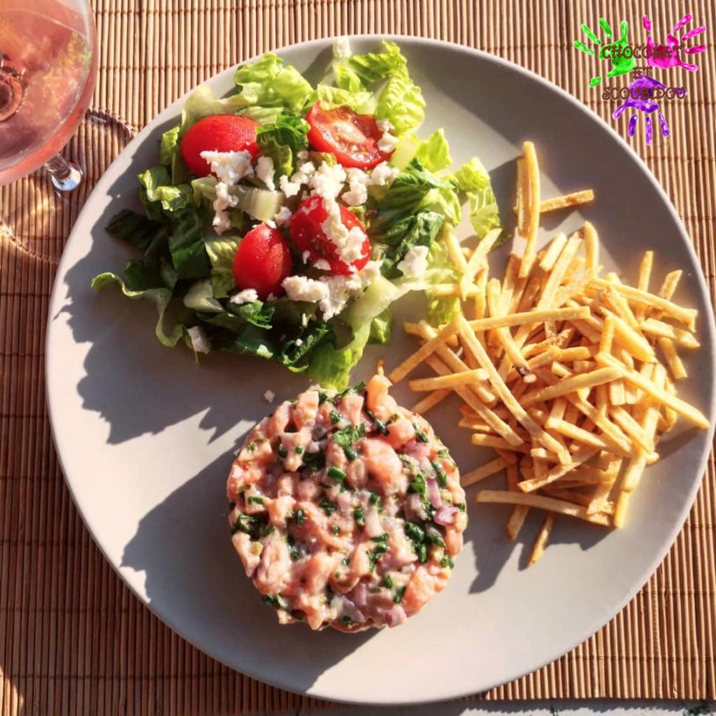 Tartare de saumon et salade tomate féta